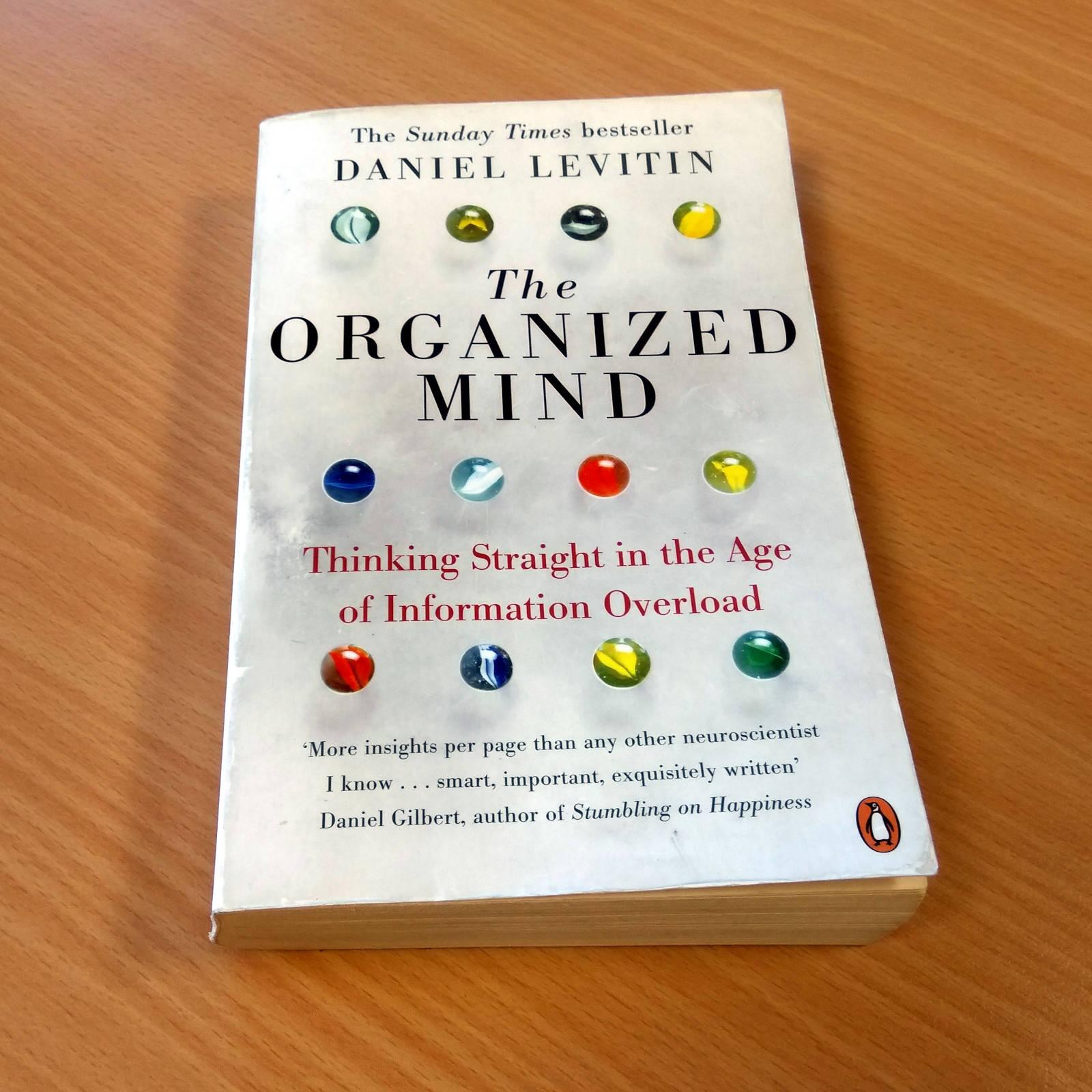 Knížku Organized Mind doporučujeme mírně pokročilým angličtinářům. Obsahuje řadu užitečných návodů pro každodenní použití.